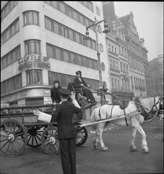 Van_Girl-_Horse_and_Cart_Deliveries_For_the_London,_Midland_and_Scottish_Railway,_London,_England,_1943_D16829